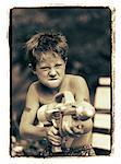 Junge hält Wasserpistole