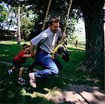 Père de fils poussant sur Swing