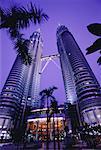 Les tours Petronas à Kuala Lumpur, en Malaisie au crépuscule