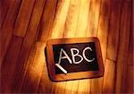 ABC sur le tableau noir sur le plancher en bois