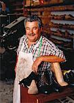 Portrait de cordonnier mâle Mature en boutique