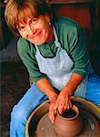 Portrait de femme d'âge mûr au tour de potier