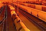 Trains et la gare de triage au coucher du soleil-Calgary, Alberta, Canada