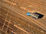 Vue aérienne du camion remplie de pommes de terre, Carberry, Manitoba, Canada