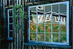 Relfections dans la fenêtre de la grange Shampers Bluff, New Brunswick Canada