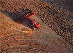 Vue aérienne du tracteur sur champ Holland, Manitoba, Canada