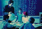 Page des enseignants aident les élèves en salle de classe