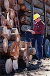 Homme avec presse-papiers Lumber Yard, Ontario, Canada