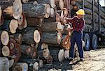 L'homme mesure coupés et empilées Lumber, Ontario, Canada