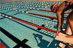 Frau in Schwimmbad Tauchen vorbereiten