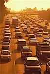 Vue d'ensemble de la circulation routière au coucher du soleil
