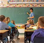 L'enseignant écrit sur Blackboard et vue arrière des étudiants