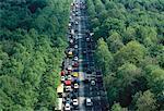 Vue aérienne de la circulation sur la route à travers les arbres, Berlin, Allemagne