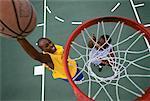 Obenliegende Ansicht der zwei Männer Basketball spielen