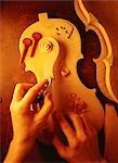 Gros plan de Luthier mains ponçage morceaux pour violon