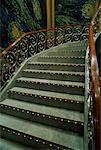 Gros plan d'escalier ornée