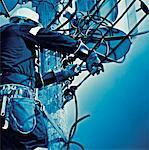 Travailleur électrique, câbles de fixation sur mât