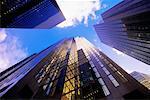 Regardant vers le haut des tours de bureaux et de ciel