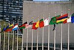 Rangée de drapeaux au siège de l'ONU New York, New York, USA