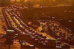 Heure de pointe du trafic sur la Gardiner Expressway au coucher du soleil, Toronto, Ontario, Canada