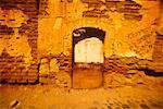Mur de pierre en ruine avec porte et Graffiti, Oaxaca, Mexique