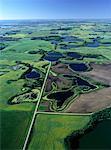 Vue aérienne du paysage et de la route Sandy Lake, Manitoba, Canada