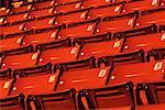 Rangées de sièges de stade vide