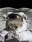 Astronaute sur paysage extraterrestre tenant la vie végétale