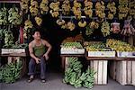 Homme assis dans la boutique de fruits Teluk Intan, Perak, Malaisie