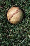 Gros plan du Baseball en lambeaux couché sur l'herbe
