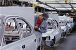 Arbeiter an Autohersteller Plant San Jose, Kalifornien, USA