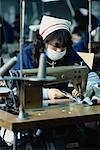 Femme travaillant à la Corée du Sud usine de fabrication de textiles