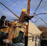 Homme réparant les lignes électriques