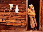 Cow-boy en se penchant sur la porte d'entrée Douglas Lake Ranch, Colombie Britannique, Canada