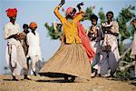 Les gens dansant extérieur Rajasthan, Inde
