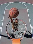 Obenliegende Ansicht des Mannes Basketball Dunks