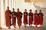 Portrait de moines de la pagode Shwezigon Bagan, Myanmar