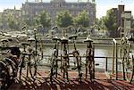 Vélos garés près de la Station de Train centrale Amsterdam, Pays-Bas