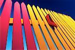 Chaussure rouge sur clôture coloré
