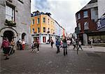 Personnes marchant à Galway en Irlande