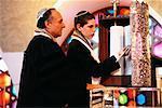 Lecture de garçon de rouleaux de la Torah