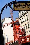 Signature de Metro et moulin Rouge Paris, France