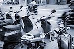 Mofas, die auf der Straße geparkt