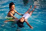 Femme fille d'enseignement à nager