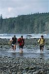 3 Hommes randonnée à travers l'eau île de Vancouver en Colombie-Britannique