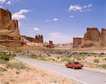 Voiture sur la route, Parc National des Arches, Utah, USA