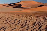 Modèle dans le désert de sable, Namibie