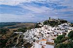 Petite ville au bord de montagne Casares, Espagne Andalousie