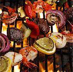 Gros plan des brochettes sur le barbecue