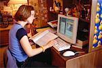 Adolescente avec ordinateur